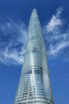 Shanghai Tour contre un ciel bleu avec des nuages dramatiques sur Tony Vingerhoets