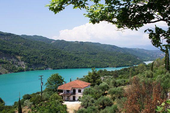 Huis aan een meer van Miranda van Hulst