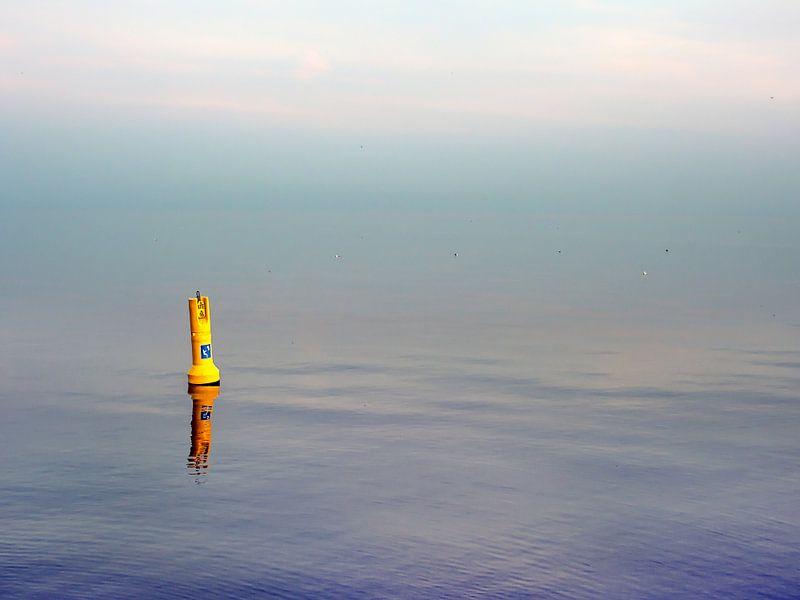 Een kustboei in het IJsselmeer nabij Stavoren. van Harrie Muis