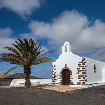 Weiße Kirche in der Sonne auf der Kanarischen Insel Lanzarote von Harrie Muis