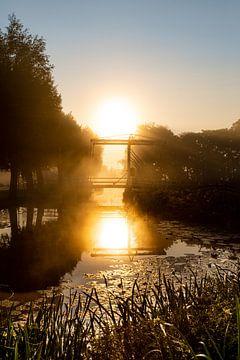 Zonsopgang boven ouderwetse ophaalbrug in IJlst te Friesland van Wout Kok