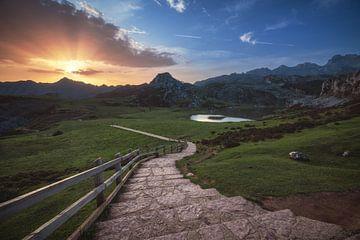 Lever de soleil sur les lacs de montagne de Covadonga dans les Asturies sur Jean Claude Castor