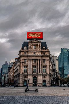 Große Coca-Cola-Plakatwand am klassizistischen Gebäude, Place Brouckère Brüssel von Daan Duvillier
