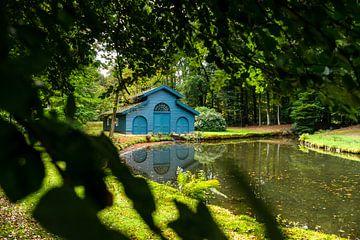 Hangar à bateaux dans la forêt sur Fotografiecor .nl