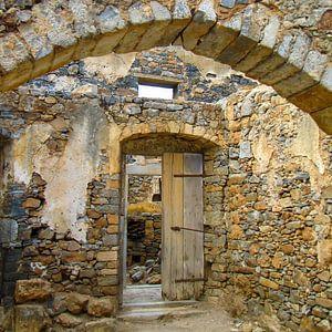 Doorkijkje in een ruïne op Spinalonga, Griekenland
