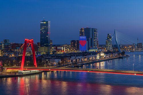 Het stadsgezicht van Rotterdam met de Willemsbrug, Erasmusbrug en het Noordereiland