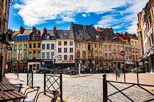 Zonnige daken in Franse stad Lille (Reins) - Pitoresque dorpje met oude architectuur van Dorus Marchal