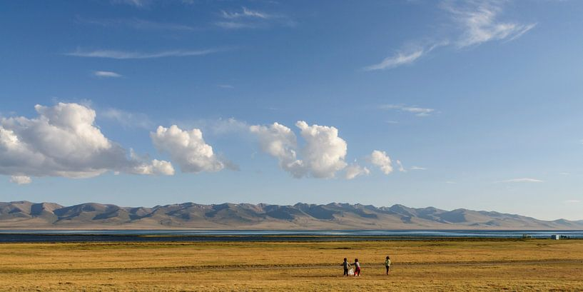 Kids playing on the shores of Song Kol Lake sur Jasper Arends