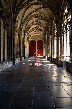 Prachtig licht in de kloostergang van de Pandhof van de Domkerk in Utrecht in kleur. van De Utrechtse Grachten