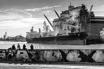 Schiff im Hamburger Hafen von Ingo Boelter