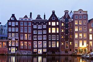Traditionele amsterdamse woningen in Amsterdam Nederland bij schemering