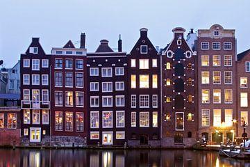 Traditionele amsterdamse woningen in Amsterdam Nederland bij schemering van Nisangha Masselink