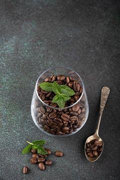 Geurige koffiebonen in een glas van Iryna Melnyk