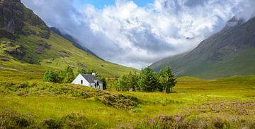 Berg-huisje-in-Glencoe (Panorama-view) van Pascal Raymond Dorland