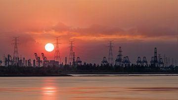 Panorama met zonsondergang en uitzicht op een kade in de haven van Antwerpen van Tony Vingerhoets