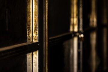 Fensterkreuz in der Nacht von videomundum