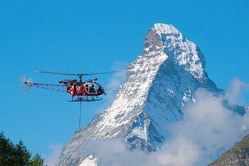 Reddingshelikopter Lama voor de Matterhorn van Menno Boermans