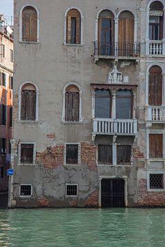 Anciens bâtiments au bord du canal dans le vieux centre de Venise, Italie sur Joost Adriaanse