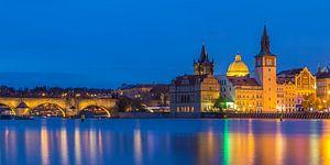 De oude stad van Praag en de Karelsbrug in het blauwe uurtje, Tsjechië - 1 van