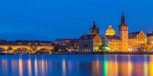 De oude stad van Praag en de Karelsbrug in het blauwe uurtje, Tsjechië - 1