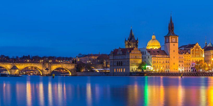 De oude stad van Praag en de Karelsbrug in het blauwe uurtje, Tsjechië - 1 van Tux Photography