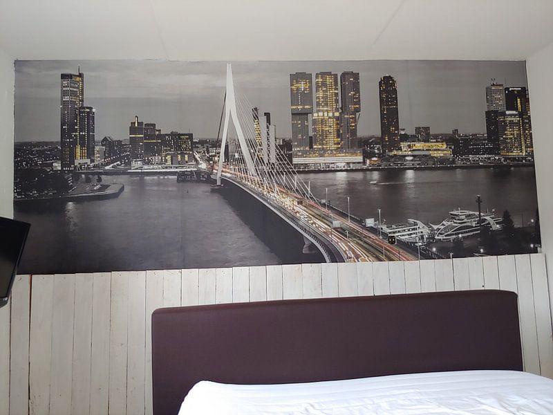 Klantfoto: Skyline Rotterdam by Night  - Rotterdams Finest !   van Sylvester Lobé, op behang