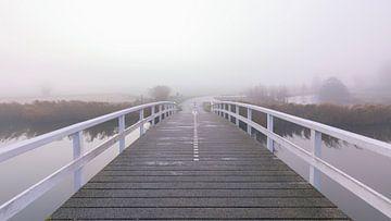 Weiße Brücke im Nebel von Cor de Bruijn