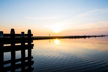 Ondergaande zon over het water von Brian Morgan
