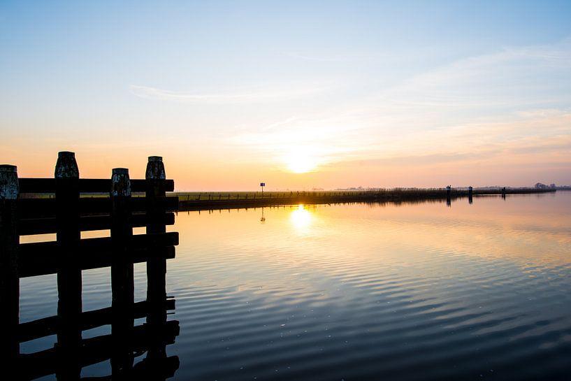 Ondergaande zon over het water van Brian Morgan