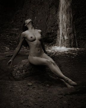 Frau beim Baden am Wasserfall - Akt von Marco Matznohr