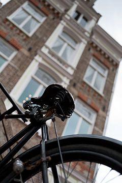 Fiets aan de Amsterdamse gracht van Arthur van Iterson