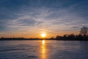 Gefrorener See im Sonnenuntergang van