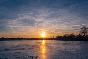 Gefrorener See im Sonnenuntergang