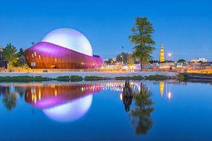 Restaurant DOT in Groningen na zonsondergang. van