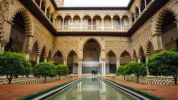 Binnenplaats in Real Alcazar in Sevilla (Spanje) van Jessica Lokker