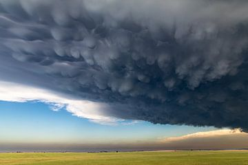 Mammatus wolken boven Kansas van Donny Kardienaal