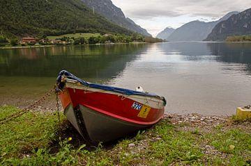 Boot aan het Idromeer in Italie van Remco Swiers