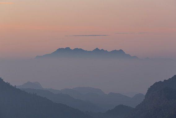 Berg opdoemend uit de ochtendmist