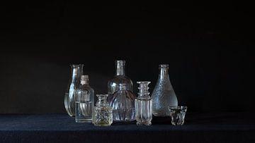 Bouteilles de natures mortes en noir sur Studio Petra Moes