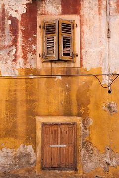 Oude muurin de kleuren oker en rood. van