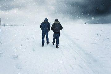 Gezamenlijke wandeling in de sneeuwvlaag van Besa Art
