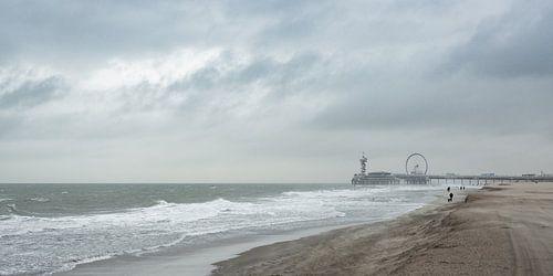 De pier en het strand van Scheveningen tijdens een storm