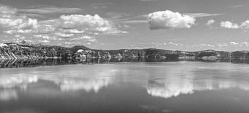 Wolkenspiegeling in bergmeer in zwartwit van Jonathan Vandevoorde