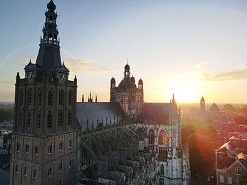 Sint-Janskathedraal in 's-Hertogenbosch tijdens zonsopkomst van Joost Winkens