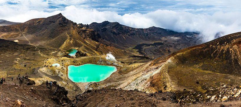 Panorama met de Emerald lakes, vanaf de Red Crater, Tongariro Alpine Crossing van Paul van Putten