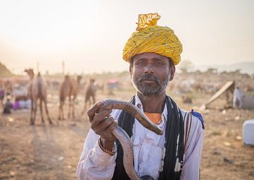 Slangenbezweerder op de kamelenbeurs in Pushkar van Teun Janssen