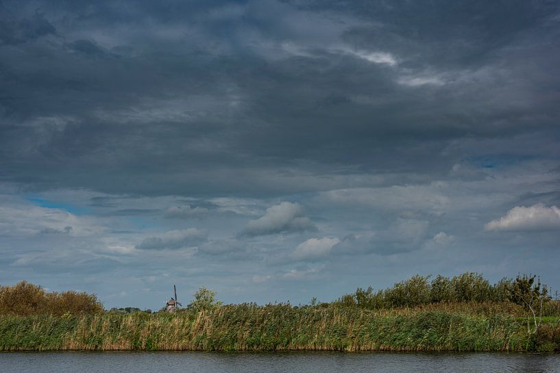 Een Hollands landschap met water, molen en wolken van Erna Böhre