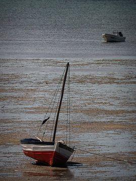 bateau sur la plage par la mer qui se retire sur Marc Van den Broeck