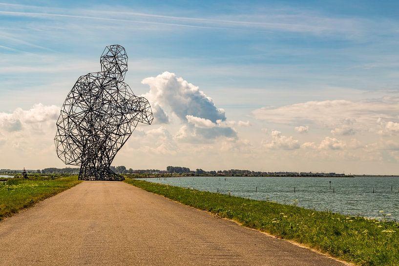 Zittende man kijkend over het Markermeer bij Lelystad van René Holtslag