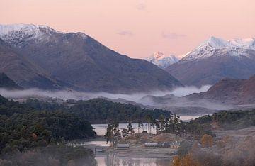 Loch Affric en Ecosse avec en arrière-plan les sommets enneigés au lever du soleil. sur Jos Pannekoek